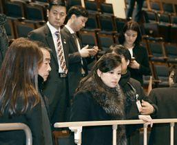 21日、韓国・江陵の劇場を視察する北朝鮮の「三池淵管弦楽団」の玄松月団長(手前右)(韓国統一省提供・共同)