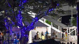 イルミネーションが街路樹に点灯され、ステージではバンドの演奏が行われた