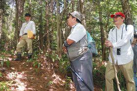 若尾さん(左)から説明を聞く参加者たち=多治見市西山町で