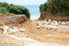 「サギツ浜」に通じる里道が削られ、赤土が露出した山肌=23日、宮古島市平良大浦