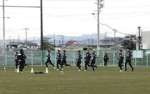 初練習でランメニューをこなすFC岐阜の選手たち=岐阜市北西部運動公園で