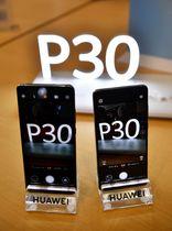 ファーウェイの新型スマートフォン「P30 プロ」(左)と「P30」