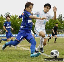 【ラインメール青森-FC大阪】前半、相手のゴールに攻め込むラインメールのMF太田(左)=弘前市総合運動公園陸上競技場