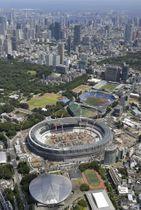 工事が進む新国立競技場(中央)。手前の円形屋根の建物は卓球会場の東京体育館。上は競技会場が集まる臨海部