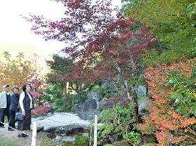 錦秋の風情楽しむ、雲南・石照庭園で紅葉見頃