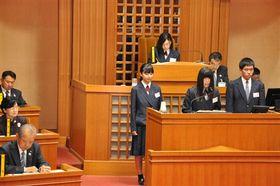小山町の取り組みについて、込山正秀町長(左手前)らに質問する生徒=同町議会議場