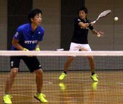日本リーグ8連覇に向け、意気込む村上主将(奥)。手前は岩崎圭