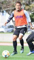 練習試合で軽快なボールさばきを見せるFC琉球の徳元悠平=14日、中城村のごさまる陸上競技場