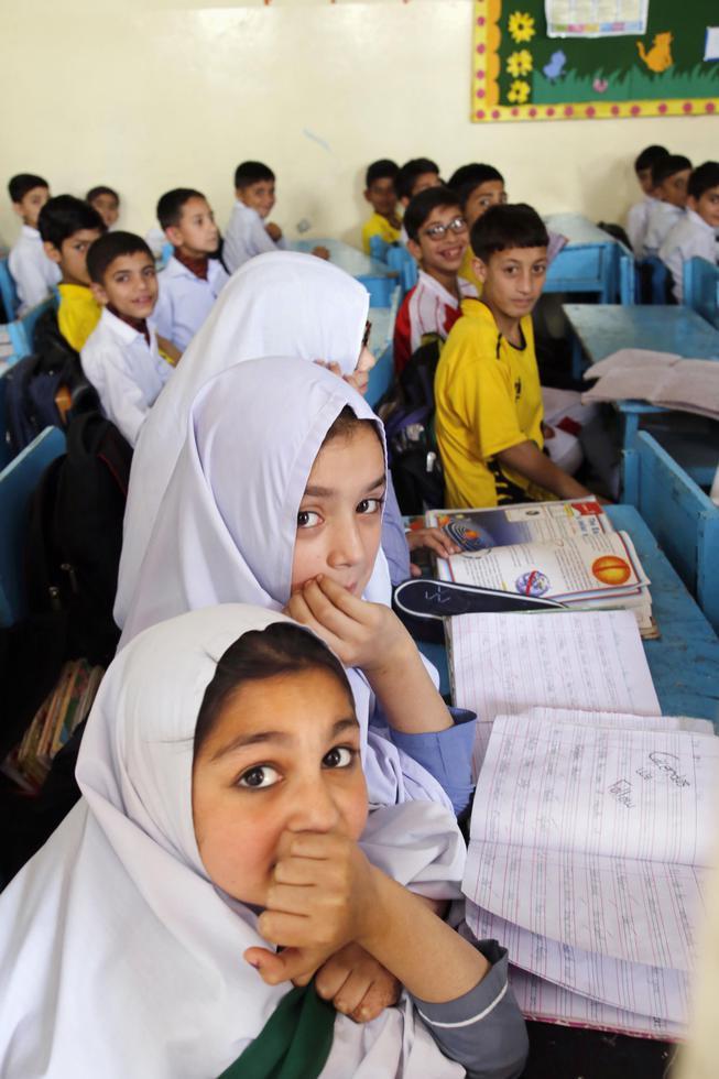 パキスタン北西部スワト地区の学校。男女共学だが、児童婚で勉強を断念する少女もいる(撮影・安井浩美)