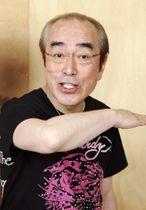 「アイーン」のポーズを決める志村けんさん=2012年5月