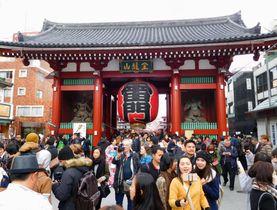 外国人観光客でにぎわう東京・浅草寺雷門