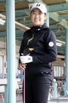 練習を公開し、笑顔を見せる女子ゴルフの稲見萌寧=千葉市