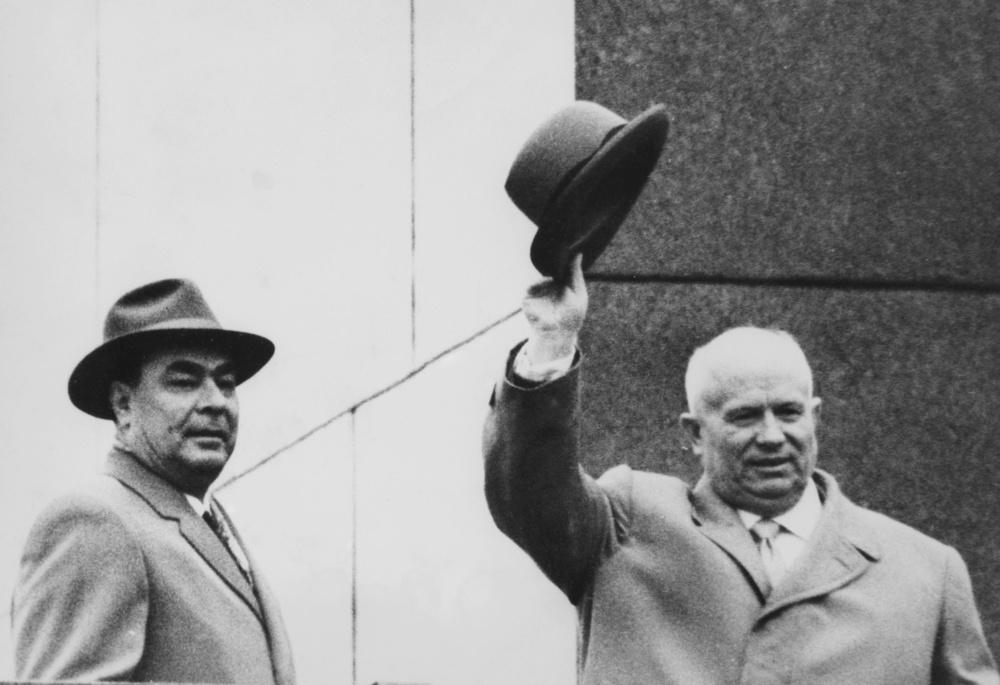 モスクワの赤の広場で手を振るフルシチョフ氏(右)とブレジネフ氏(ゲッティ=共同)