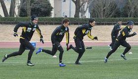 1月上旬の始動から徹底的な走り込みでスタミナ強化に取り組む栃木SCの選手たち=22日、河内総合運動公園陸上競技場