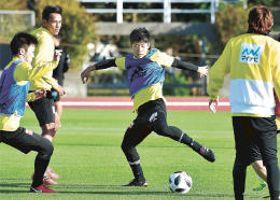 ボールを使った練習で汗を流す茂木(中央)ら仙台の選手