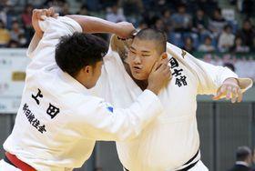 柔道講道館杯の男子100キロ超級1回戦、上田轄麻(左)と対戦する斉藤立=千葉ポートアリーナ