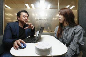 AIセンサー(手前)が「同席」する「Phone Appli」の職場面談のイメージ=東京都港区