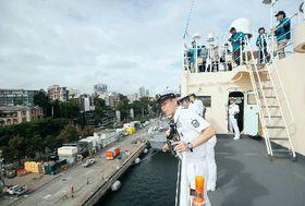オーストラリア・シドニーに入港する南極観測船「しらせ」(右)=20日(共同)