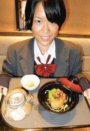 甲南PAで販売される「近江ギュ~茶漬け」を開発した岩崎愛未さん=いずれも甲賀市土山町で