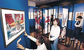 永井さんの世界観を紹介する会場を整える関係者=県立歴史博物館