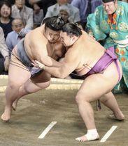 貴景勝(左)を攻める朝乃山=福岡国際センター