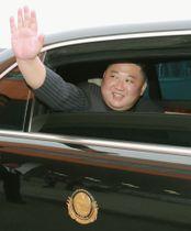 ロ朝首脳会談を終え、会場を後にする北朝鮮の金正恩朝鮮労働党委員長=25日、ロシア・ウラジオストク(朝鮮中央通信=共同)
