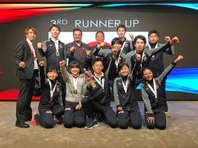 ドッジボールW杯アジア予選混合の部の表彰式で喜ぶ日本チームの中村光一さん(中列右)と森雅史さん(後列右から2人目)ら=香港