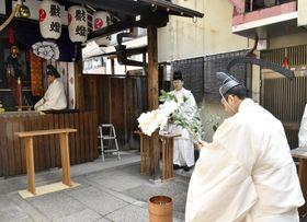 新型コロナウイルスの早期終結を祈願し、又旅社で行われた八坂神社の特別神事=8日午前、京都市中京区