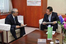 中村知事(左)の要望を聞く吉川農相=農林水産省