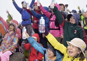 岩木山の山頂で改元を祝う登山イベント参加者ら=25日午後、青森県弘前市