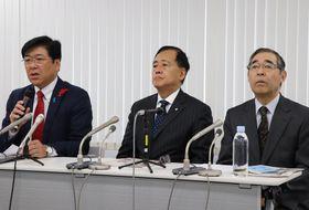 ふるさと納税についての共同声明を発表する黒田市長(左)ら=東京都千代田区