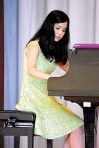 母校でピアノ演奏を披露する乙益乃衣さん=長瀞第一小学校