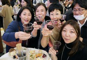 フランス産ワインの新酒「ボージョレ・ヌーボー」が解禁され、イベント会場で乾杯する女性たち=15日午前0時4分、東京都品川区