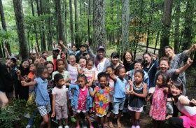 アフリカンキッズクラブの子どもや保護者ら。キャンプなどで交流している(アフリカ日本協議会提供)