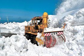 秋田県境まで「雪の回廊」を切り開く山形県側の除雪作業