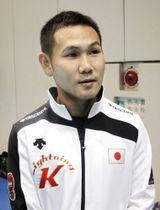 ボクシングの強化合宿に初参加し、練習後に取材に応じる高山勝成=東京都北区