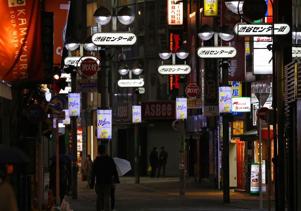 緊急事態宣言から初の週末を迎え、閑散とした東京・渋谷のセンター街=4月11日