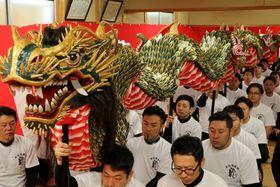 約50年ぶりに新調された龍=長崎市、籠町公民館