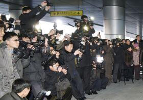 サッカーの東アジアE―1選手権で優勝した北朝鮮女子代表を取材しようと、平壌国際空港に詰め掛けた報道陣ら=2017年12月(共同)