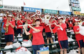 演奏で選手を後押しする浦和学院吹奏楽部=16日午前、兵庫県西宮市の甲子園球場