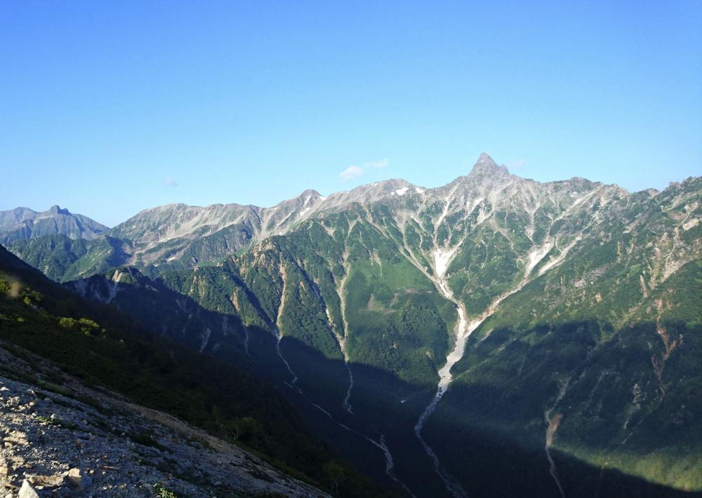燕岳付近の稜線(りょうせん)から見た槍ケ岳。左は穂高連峰=2016年8月(山岳図書編集者中村珠美氏撮影)