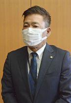 取材に応じる愛知県西尾市の近藤芳英副市長=11日午前、西尾市役所