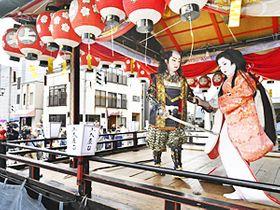 屋台の上で演じられた子供歌舞伎「一谷嫩軍記 須磨の浦の段」=22日午後、南会津町田島