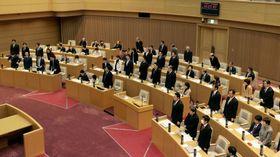 労働組合費天引きを廃止する改正条例を可決した神戸市議会=18日午前