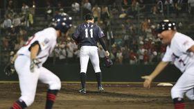 9回、米国のバーレソン(手前左)にサヨナラ本塁打を浴びうなだれる伊藤(11)=今治