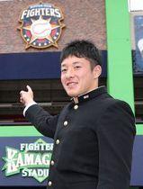 千葉県鎌ケ谷市の2軍施設を見学した吉田=7日、藤井泰生撮影