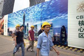 中国の建設労働者=7月、北京(AP=共同)