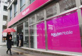 携帯電話端末の販売などの顧客対応をする楽天の店舗=23日午前、東京都渋谷区