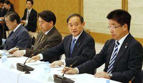 キッズウイーク推進に関する会合であいさつする菅官房長官(右から2人目)=24日午後、首相官邸