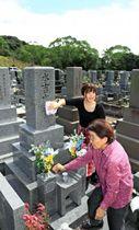 彼岸の中日を前に墓参りする家族連れ=22日午前、宮崎市・宮崎みたま園